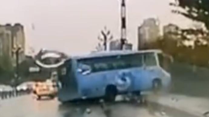 都江堰警方回应网传大巴冲下桥:侧翻致大桥护栏受损,无伤亡