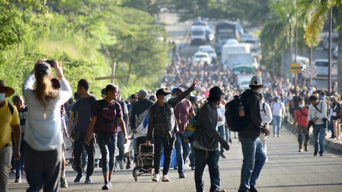 早安·世界|美洲数千移民突破墨西哥边境封锁北上美国