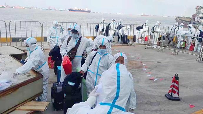 保海员安全回家,外高桥边检站助力4艘中国籍渔船完成换班