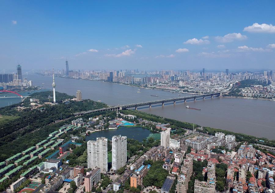 源自武汉的新冠疫情给未来的中国国土空间规划提供了一千载难逢的临床案例。图为2019年7月25日,武汉鸟瞰。 视觉中国 图