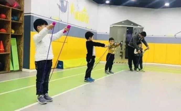 半月談揭體育課應試化:跳繩補習班1節超百元,家長已花2萬