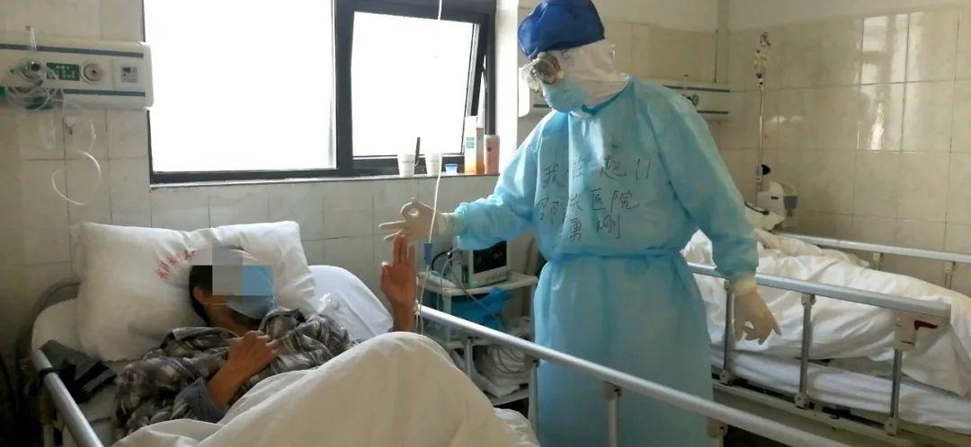 荊門市第一人民醫院ICU,患者和邵逸夫醫院醫生打了個ok的手勢。