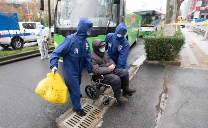武汉消防:640人突击队助力方舱医院出舱治愈者转运工作