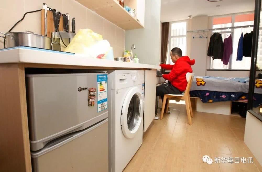 某长租公寓内,租客李苗在自己的房间内吃早饭。
