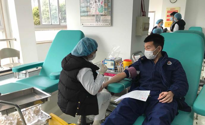 """献血战""""疫"""",57名上海消防员今天无偿献血13600毫升"""