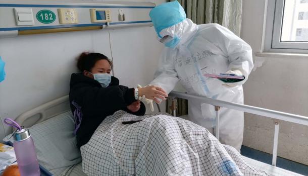 武汉重症病房里的护理团:照顾了患者起居,还要打开他们心扉