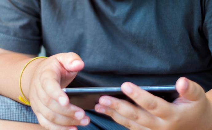 12岁男孩网课时瞒家长打赏主播5万,平台:退款并封禁作者