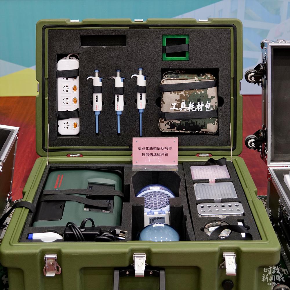 集成化新型冠状病毒核酸快速检测箱,配备了开展核酸检测所需要的仪器、试剂和耗材,便携性强,灵活机动。(总台央视记者李铮拍摄)