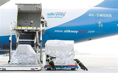 2月21日清晨8点半,在郑州机场34号货机位,阿塞拜疆丝绸之路西部航空公司一架货机正在装卸进口货物。 马 健摄(人民视觉)