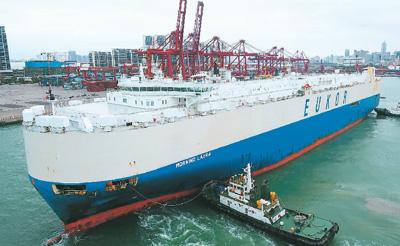 """不久前,装载着来自卡塔尔的430辆平行进口汽车的滚装货船""""劳拉""""轮缓缓靠泊海口秀英港20号泊位,这是海南自贸区政策实施以来的首艘汽车外贸船。 杨冠宇摄(新华社发)"""