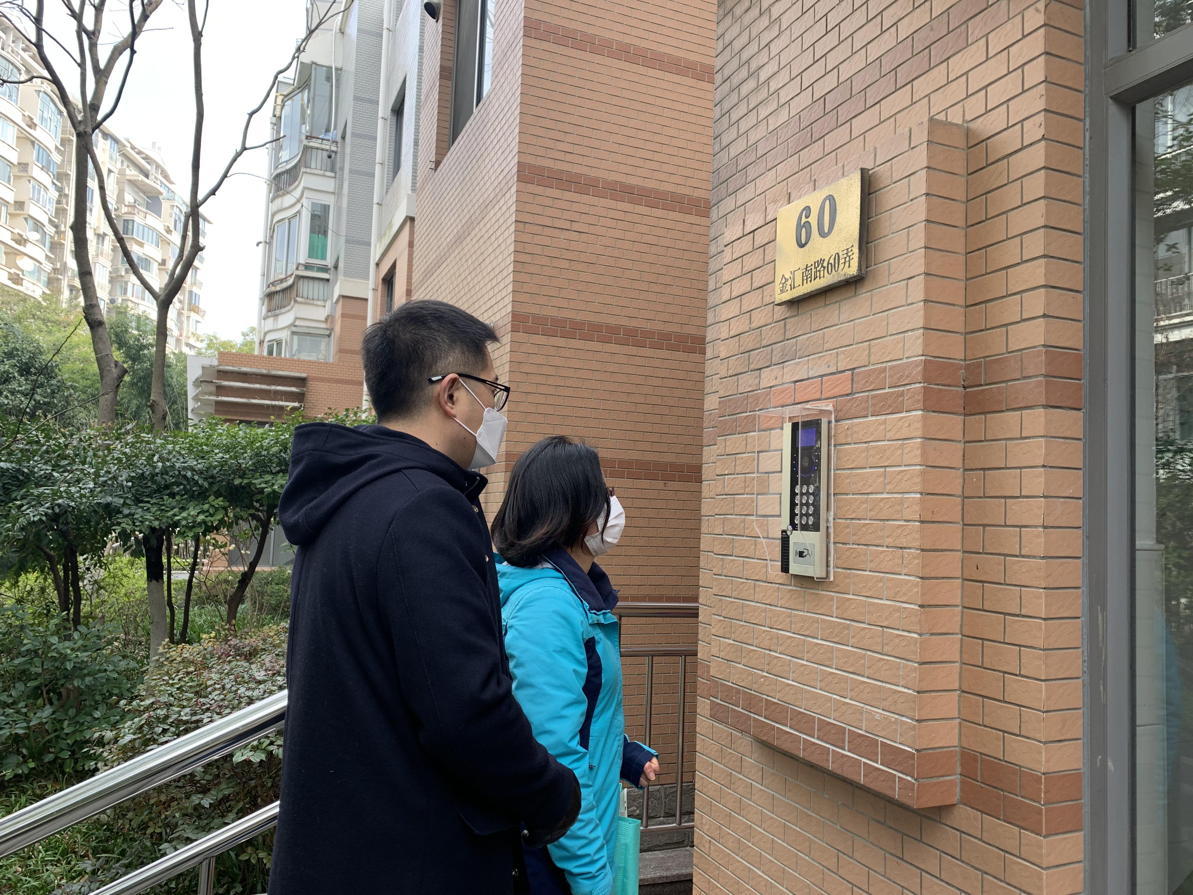 闵行民警李正一和居委书记陈晴花共同上门排查。