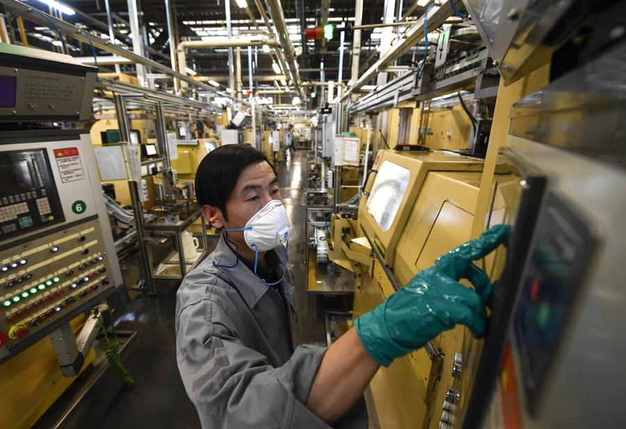 3月11日,在宁夏银川市经济开发区内,舍弗勒(宁夏)有限公司员工在汽车轴承车间操控设备。 新华社 图