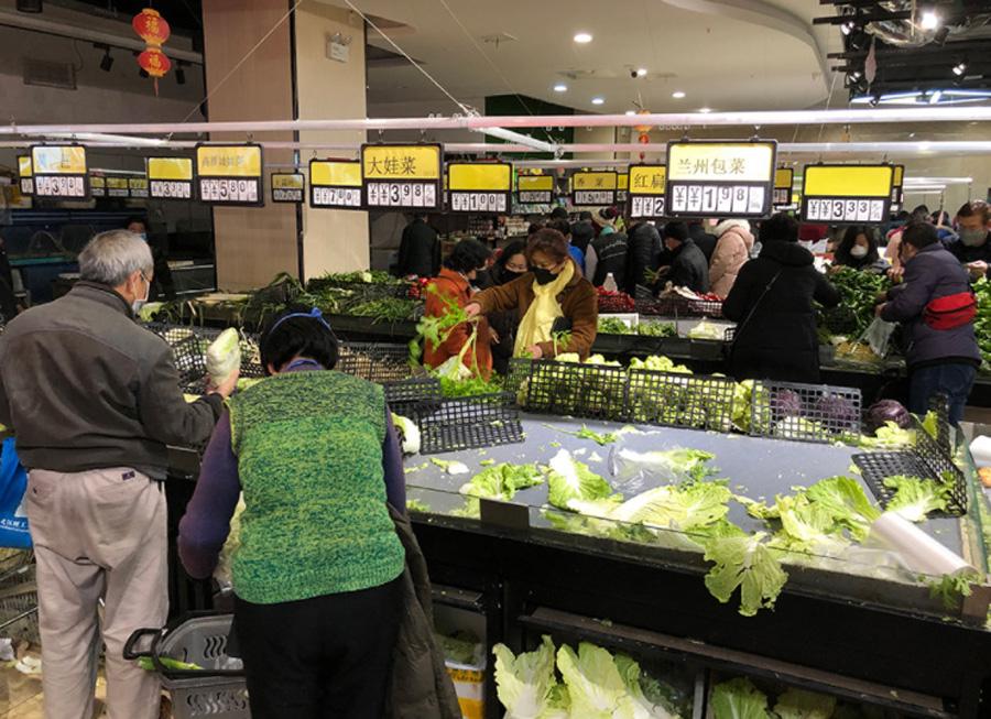 武汉一家超市,市民买菜。澎湃新闻记者 郑朝渊 汤琪 周琦 图