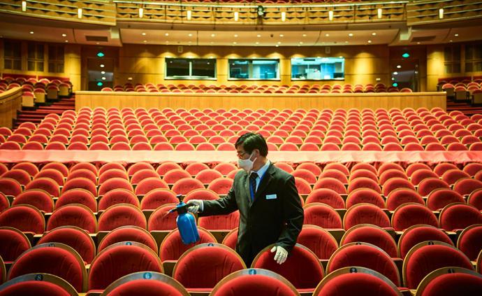 新冠肺炎来势汹汹,上海所有演出不得不暂时停摆。上海大剧院取消了从2020年春节到4月底的所有演出及相关公众活动。停档期间,上海大剧院除加强日常区域清洁工作外,利用空档期,将年度舞台维护保养工作提前至3月进行。3月13日,工作人员对剧院公共区域。本文为图片均为 澎湃新闻记者 丁晓雯