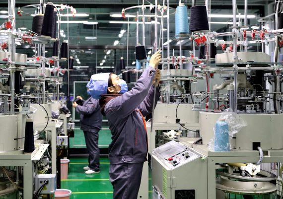 3月5日,工人在河北省廊坊市固安县新兴产业园一家企业车间工作。新华社 图