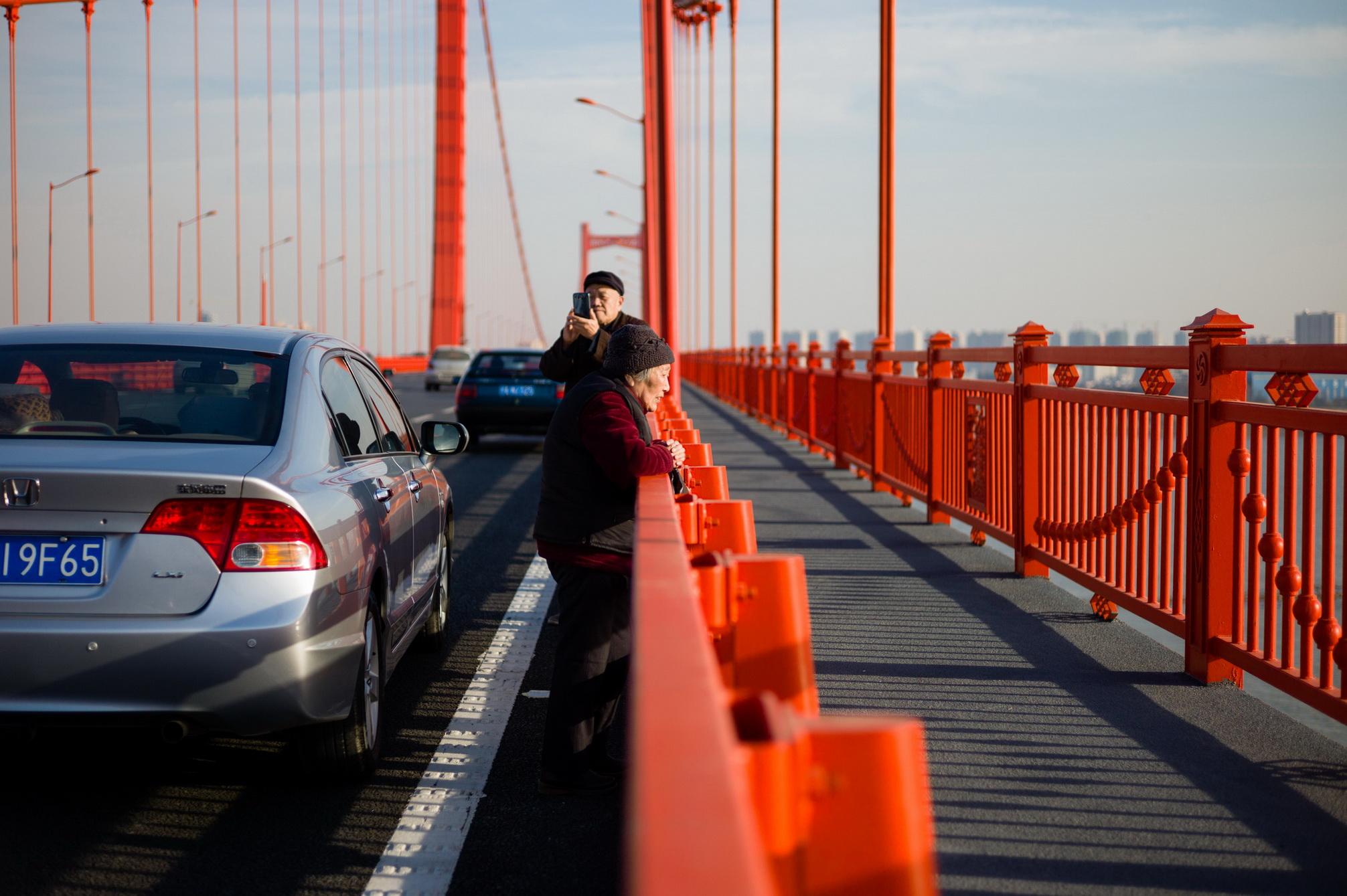 2015年元旦,谌毅拍摄于鹦鹉洲的长江大桥。那天大桥通车,不少市民自发上桥参观。