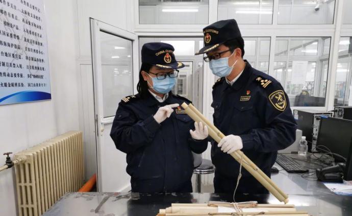 天津海關在國際郵包中查獲2根象牙制品,重約590克