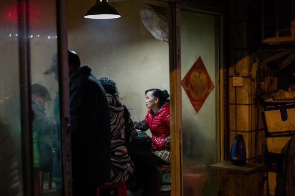 2015年,谌毅拍摄于汉阳的西大街老城区,邻里正在打麻将。现在,这片居民区已拆迁。