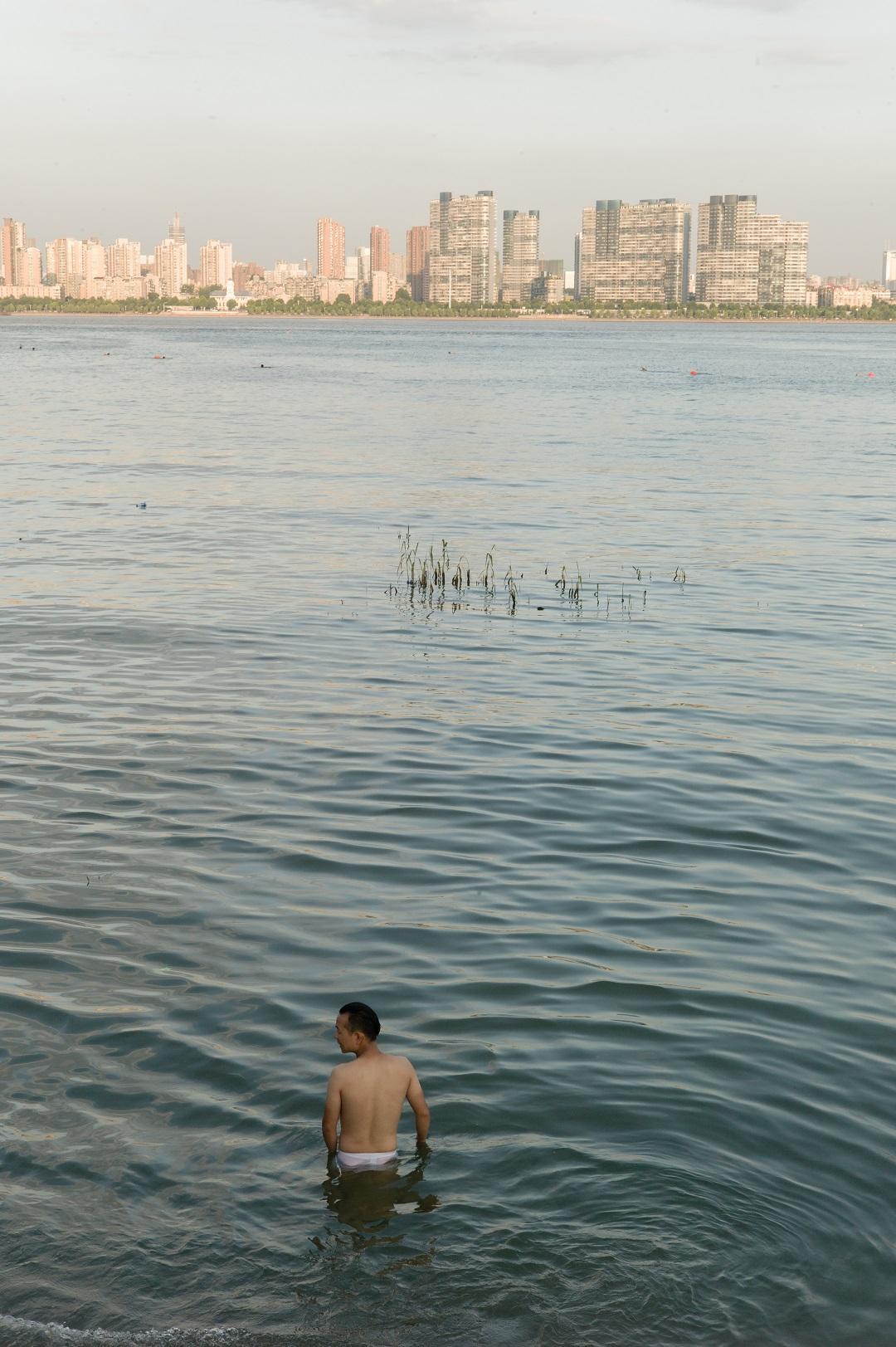 2015年,谌毅拍摄于汉江口,正在玩水的人。