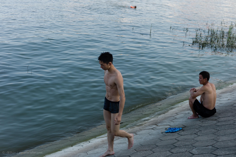 谌毅在汉江口岸边拍摄的野泳少年。
