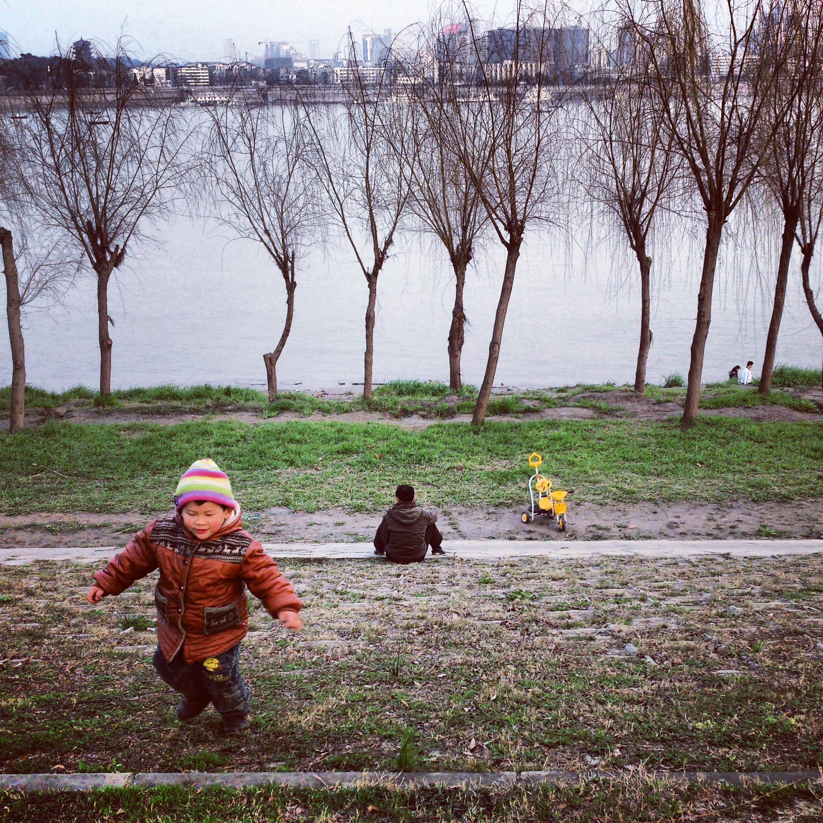 2013年,谌毅拍摄于汉阳江滩,一对父子正在那玩耍。