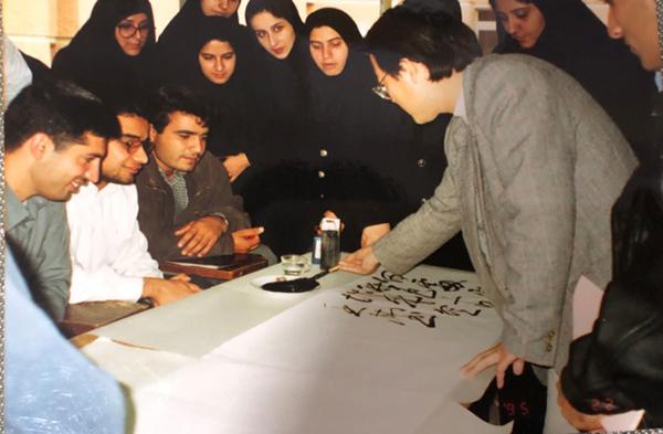 傅书中在德黑兰大学美术学院教学中国书法。