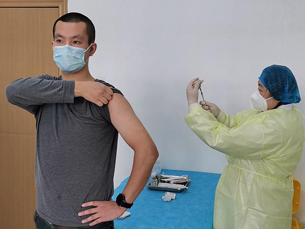 首批接种新冠疫苗志愿者:要求无新冠肺炎病史,经体检后注射