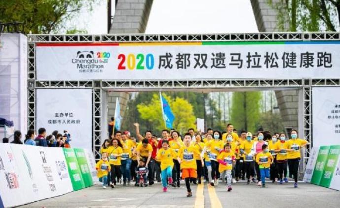 都江堰千人健康跑開賽:嚴格排查分組出發,大部分跑者戴口罩