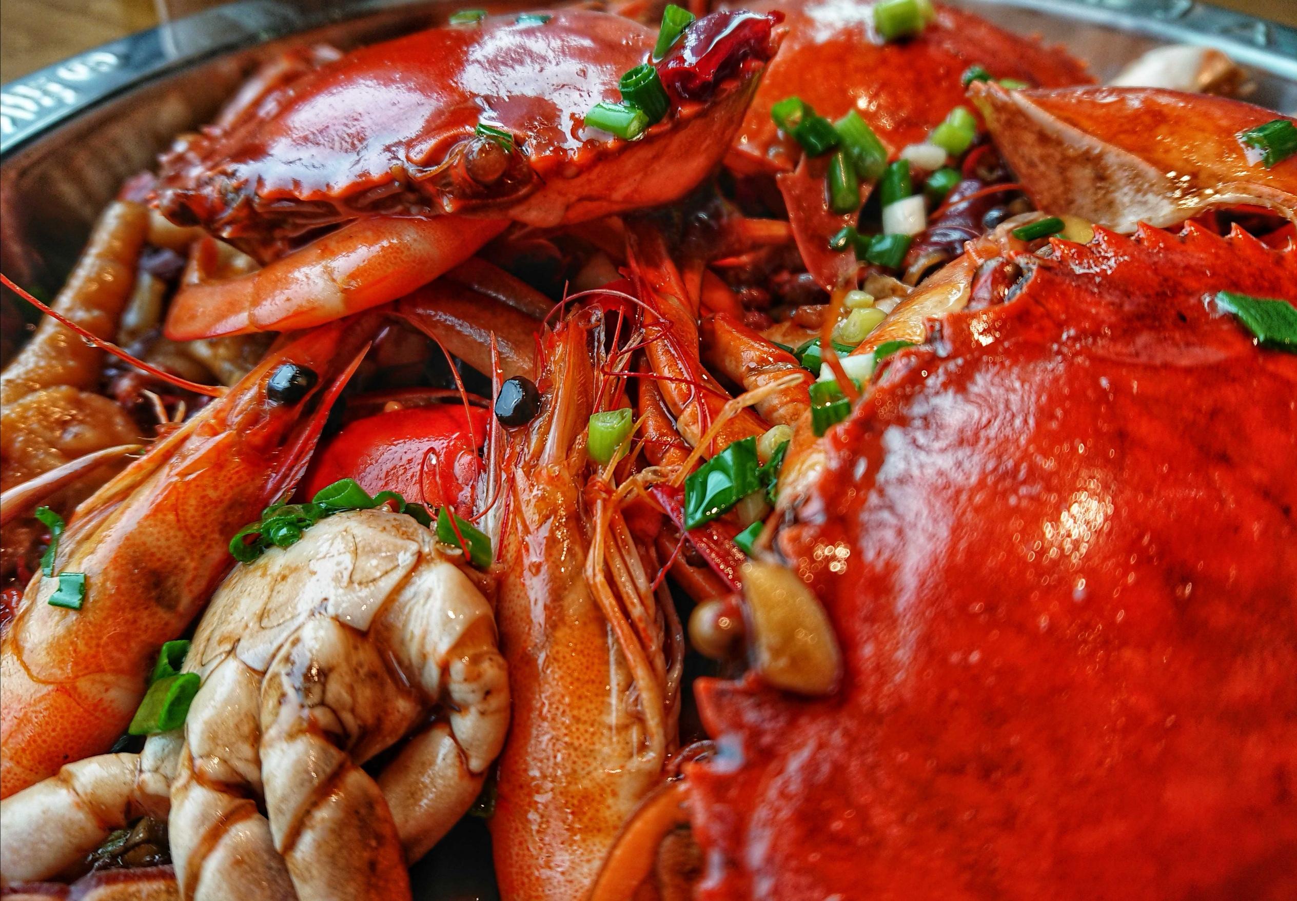 虾蟹煲,用螃蟹、基围虾和鸡爪混合烧制而成。 谌毅 图