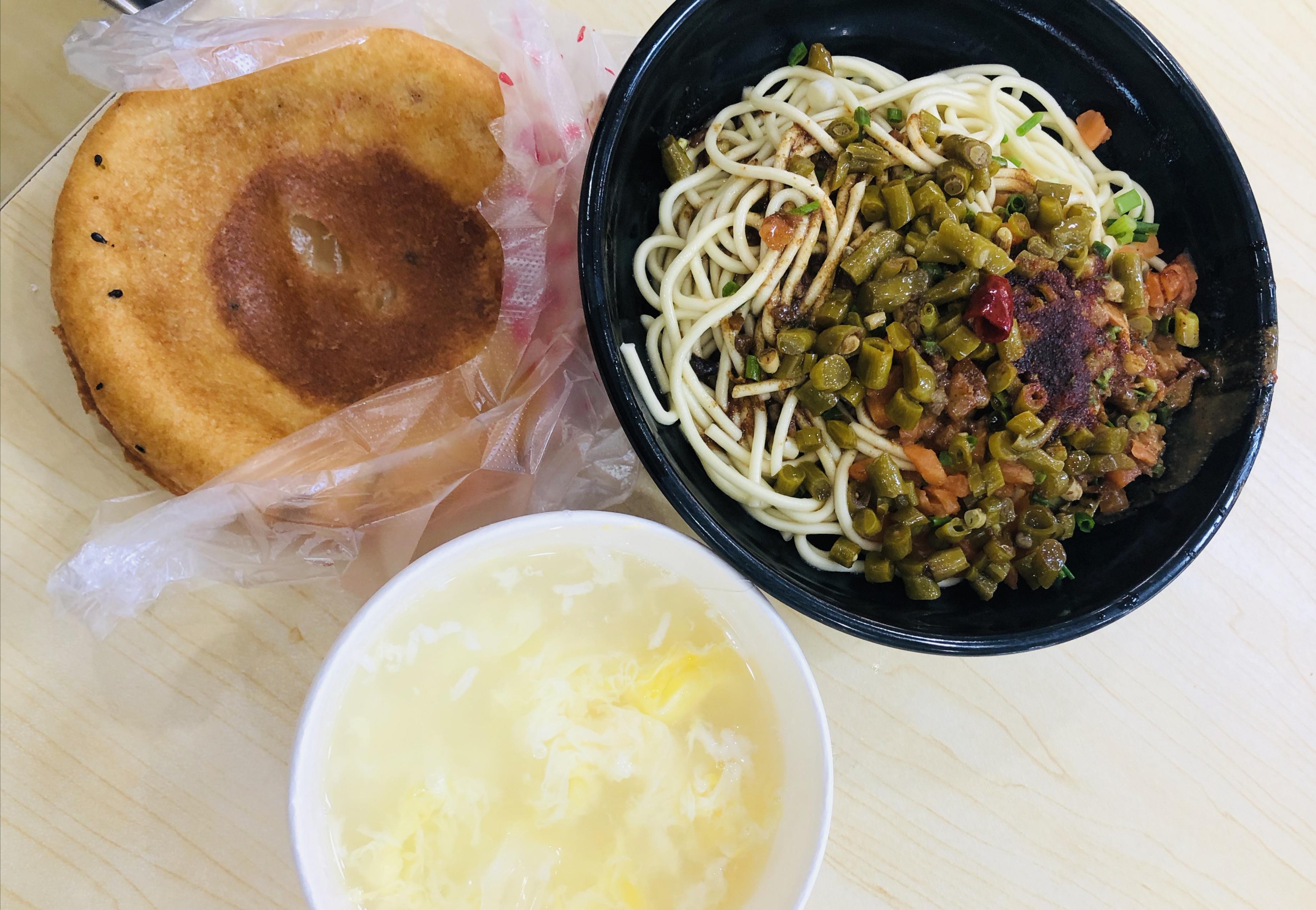 """武汉人的早餐,热干面、面窝、蛋酒。 """"表姐""""供图"""