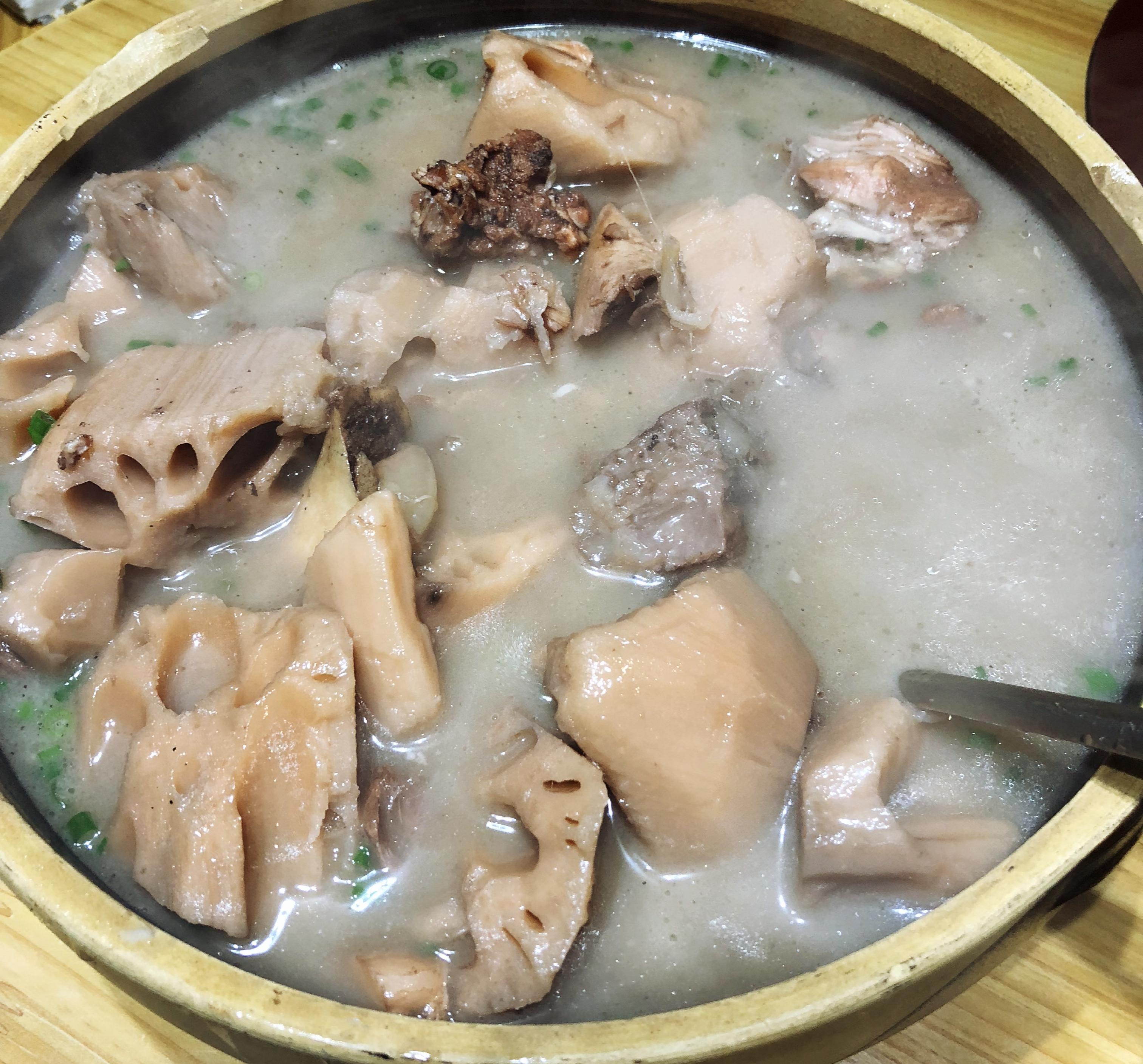 """武汉饭馆卖的藕汤。 """"表姐""""供图"""