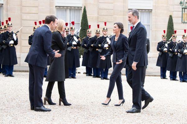 3月11日,在法国巴黎总统府爱丽舍宫,法国总统马克龙(左一)和夫人布里吉特•马克龙(左二)迎接来访的西班牙国王费利佩六世(右一)和王后莱蒂西娅,采取合掌鞠躬代替握手。图片来源:新华社