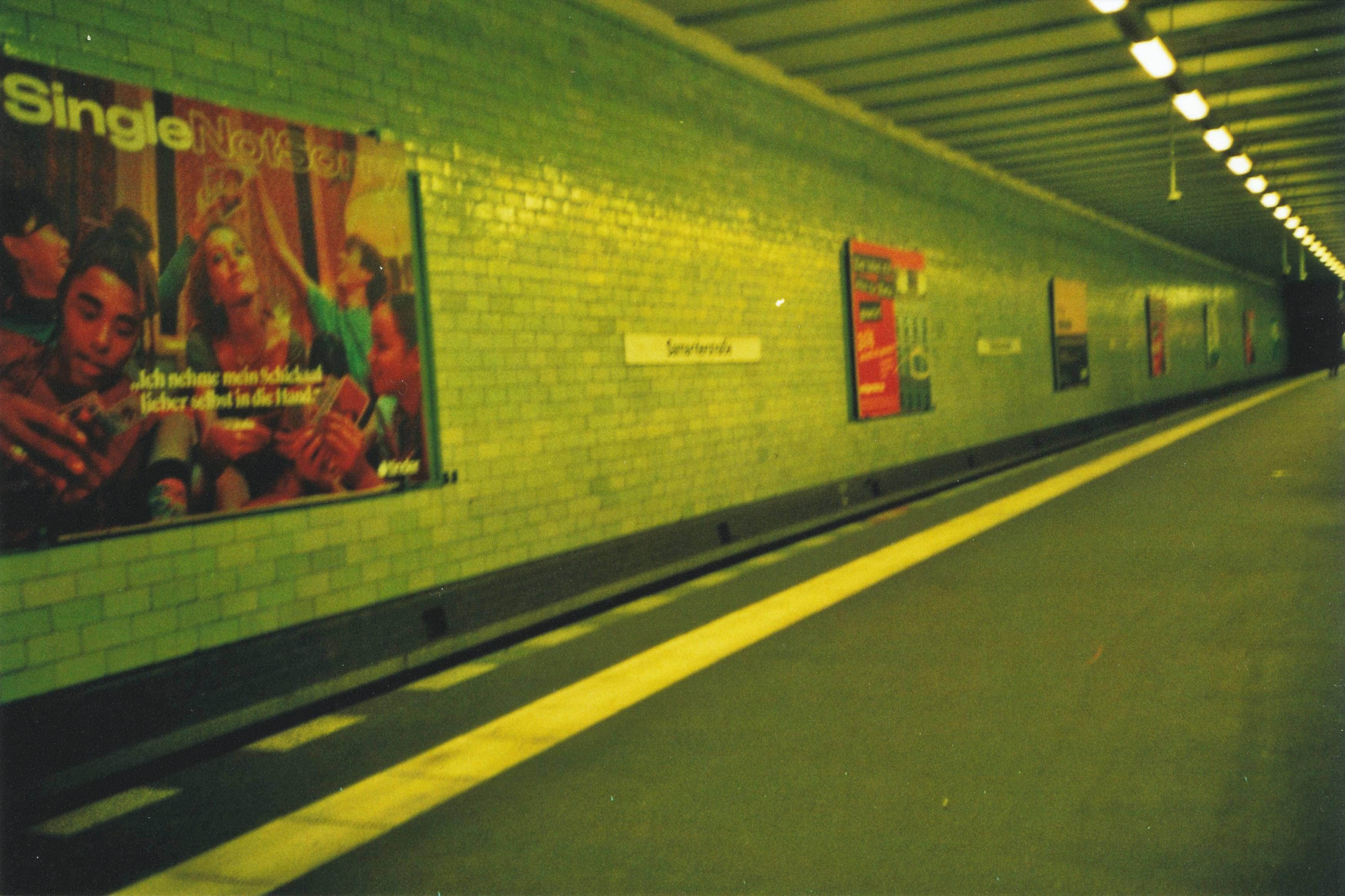 目前空无一人的地铁站