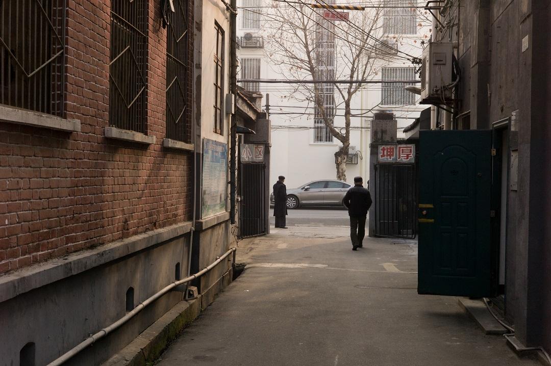"""2015年,谌毅拍摄于汉口坤厚里社区,那里曾经是汉口""""德租界""""的一部分,远处的建筑是武汉市政府。"""
