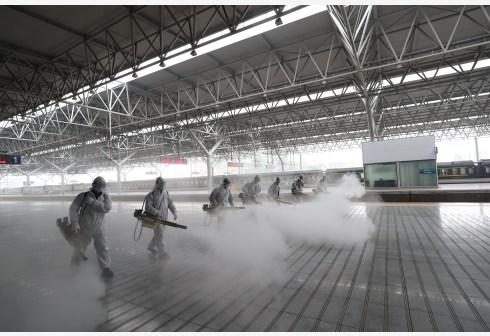 3月24日,湖北宜昌,消防员对宜昌东站的站台进行消杀作业。 新华社 图