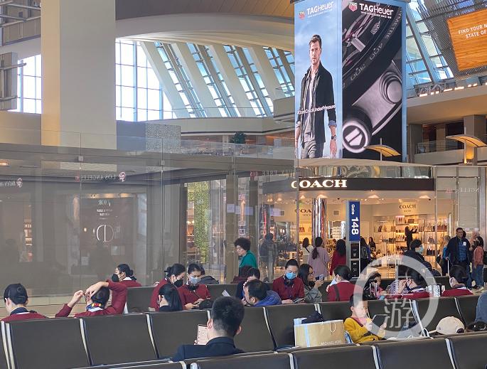 2020年1月29日,美国洛杉矶机场,执行航班任务的乘务员都戴上了口罩。摄影/上游新闻记者 胡磊