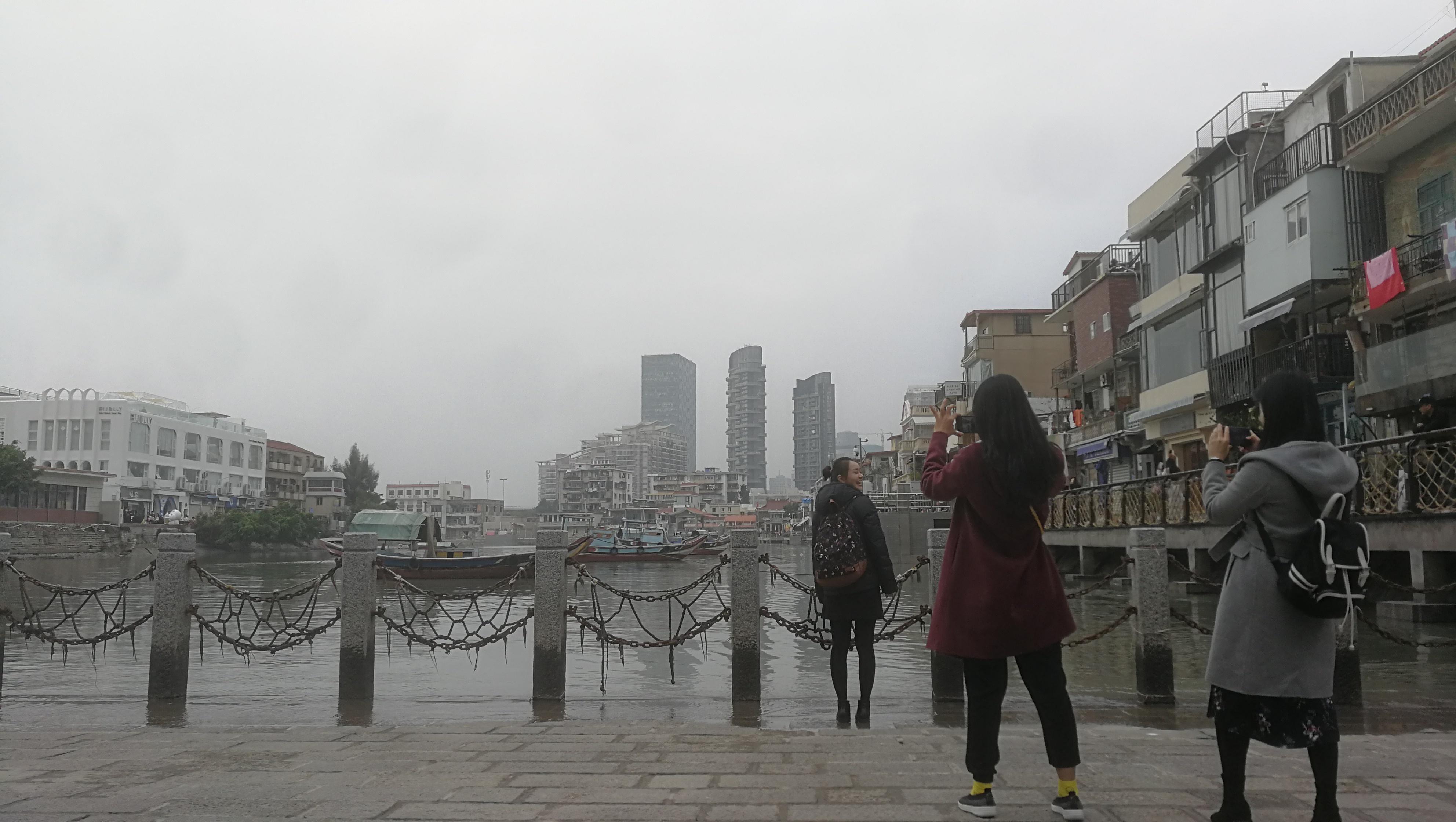 2020年1月15日下午,三位在厦门港沙坡尾避风坞边拍照的游人,春节前的旅游淡季是这个网红地带最安静的时段。