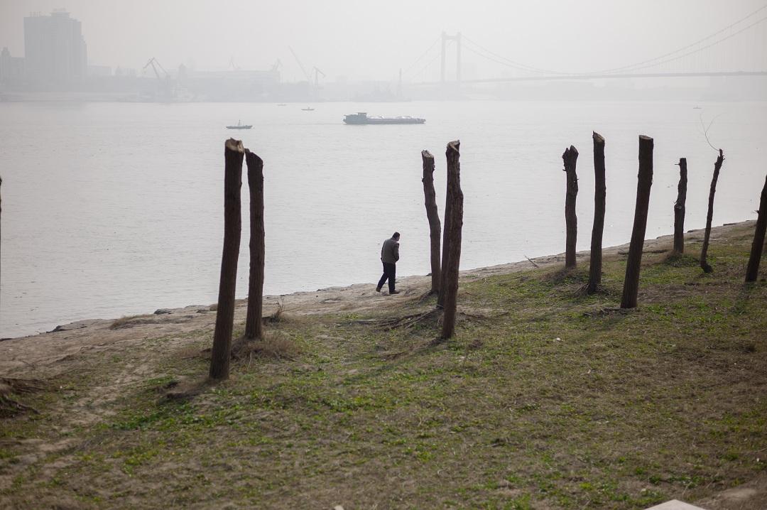 2015年,谌毅拍摄于汉阳江滩,江对岸是武昌船厂。