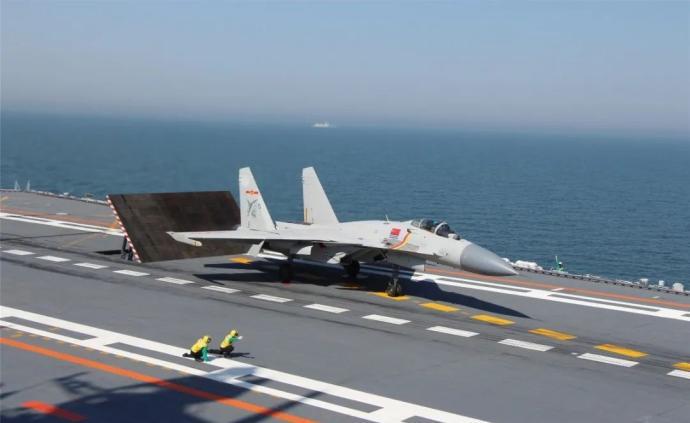 遼寧艦抗疫與訓練兩不誤,數十名學員完成航母飛行資質認證