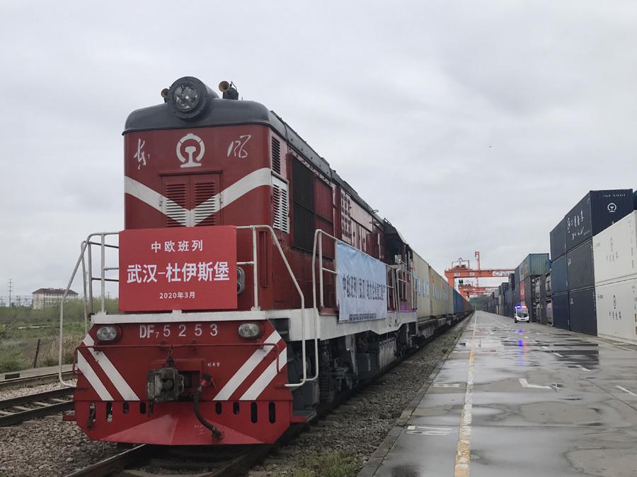 3月28日,中欧班列(武汉)X8015/6次运载50只集装箱从中铁联集武汉中心站始发。