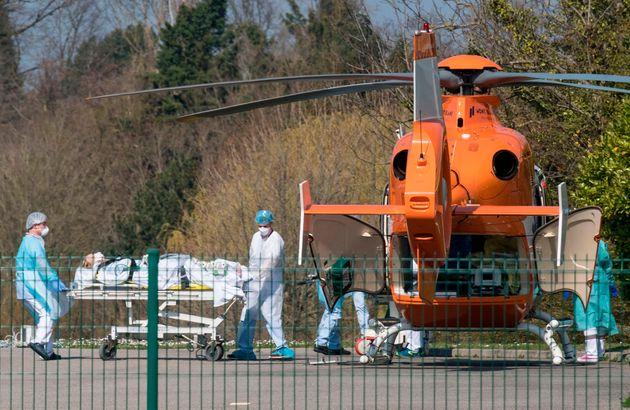 2020年3月19日,在米卢斯地区的Emile Muller医院,新冠病毒的病患过多,医护人员正把一位病人抬向医用直升机,以便把他运往另一所医院。SEBASTIEN BOZON图