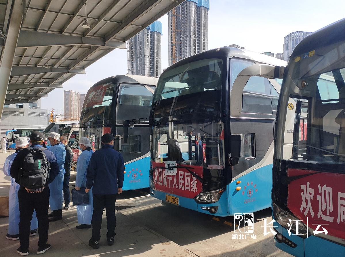 """圖為武漢新榮客運站 不少車輛上掛有""""歡迎回家""""的橫幅"""