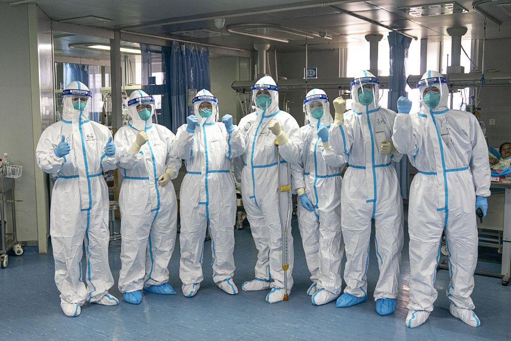 1月24日,武漢大學中南醫院重癥隔離病房內的醫護人員一起鼓勁加油。