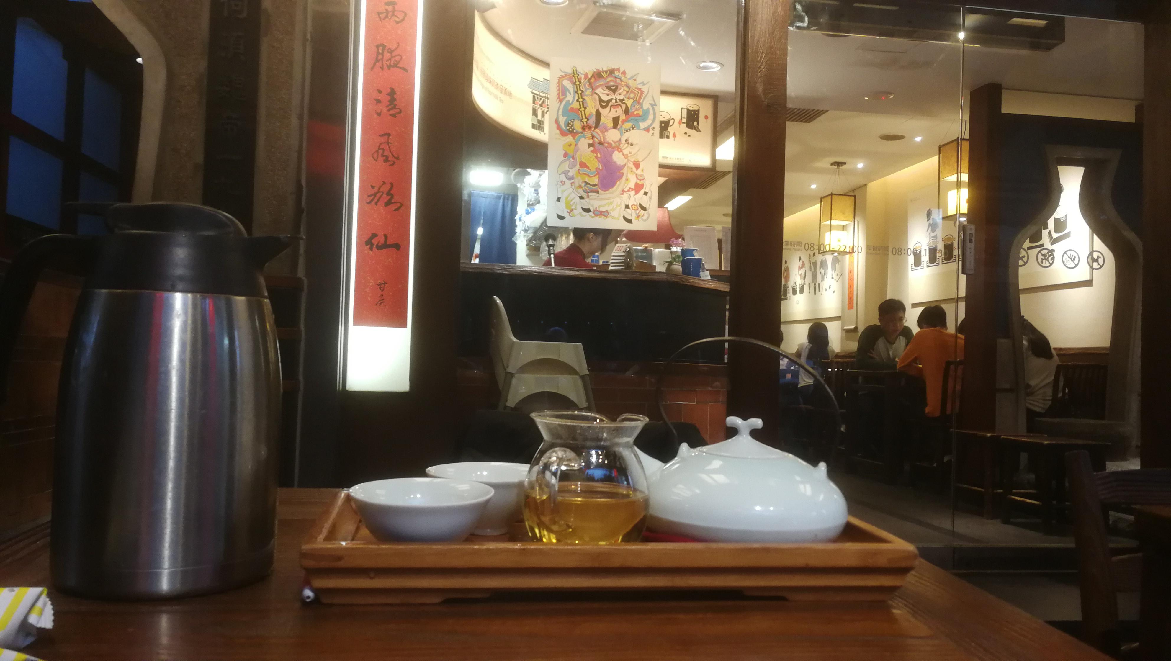 2020年1月22日黄昏,淡季时才不用提前订位的春水堂人文茶馆,茶品一般,顾客盈门。