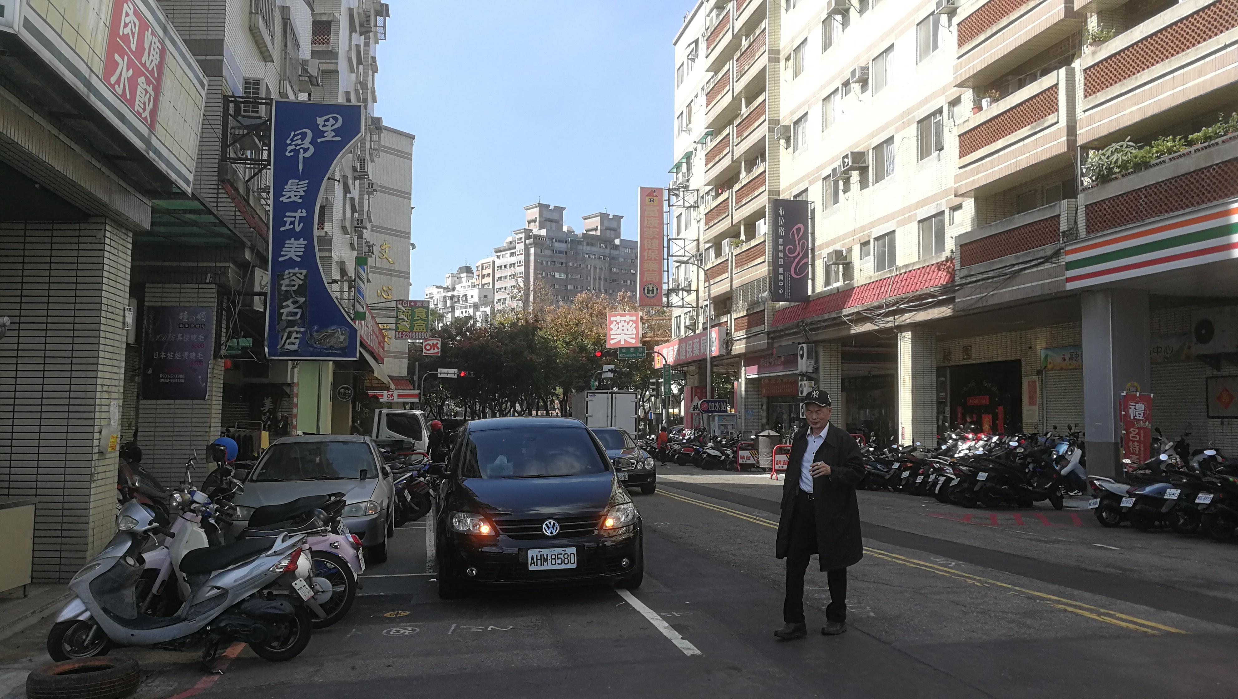 2020年1月23日下午,台中市西屯区某民居街区,我与不戴口罩的老茶司会合。