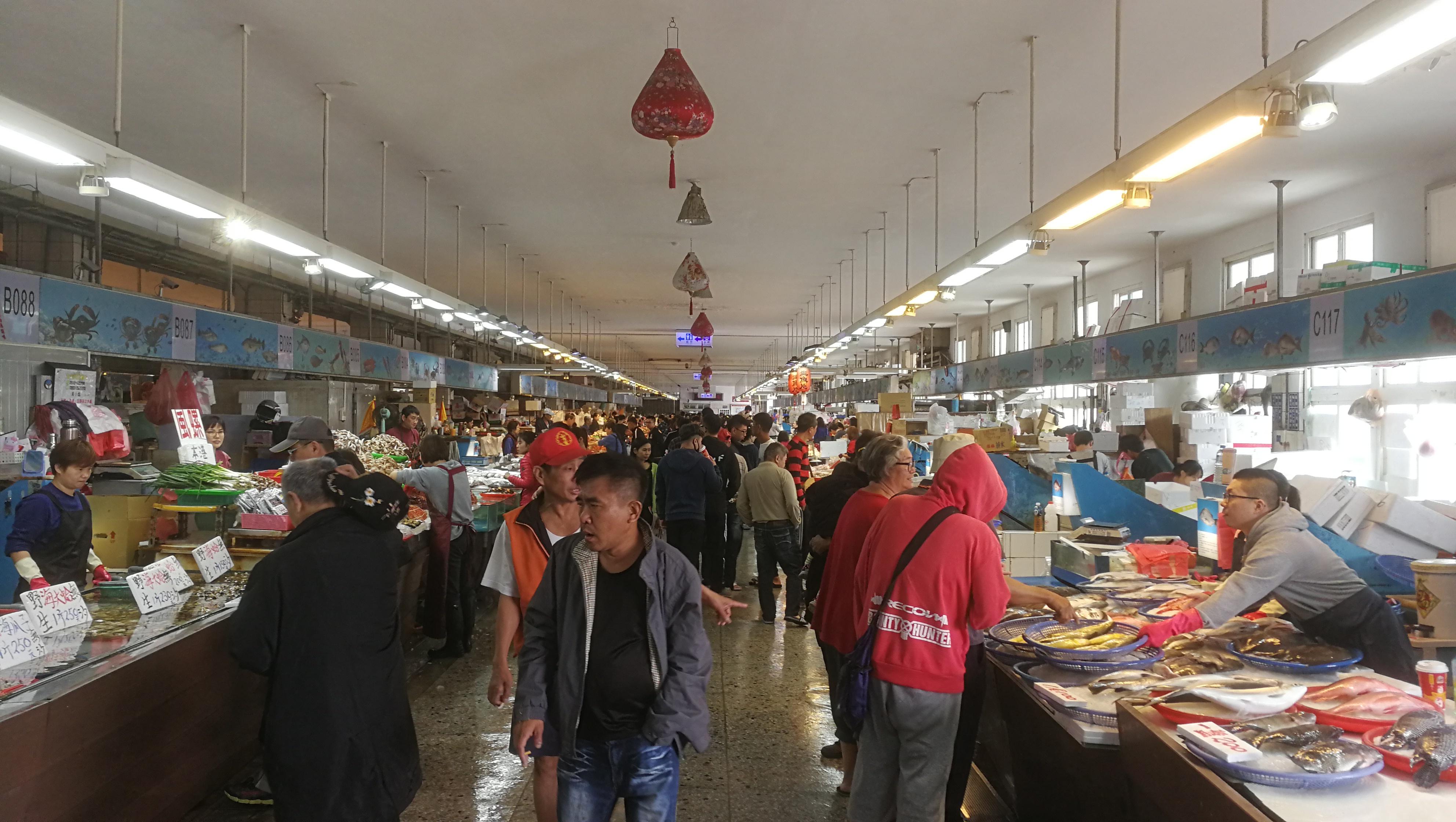 2020年1月24日下午,台中市清水区,梧栖观光渔港鱼市场里外的人群。