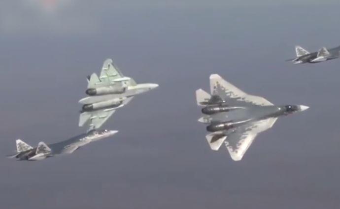 俄軍發布第五代戰機蘇-57訓練視頻:貼地飛行、大仰角發射