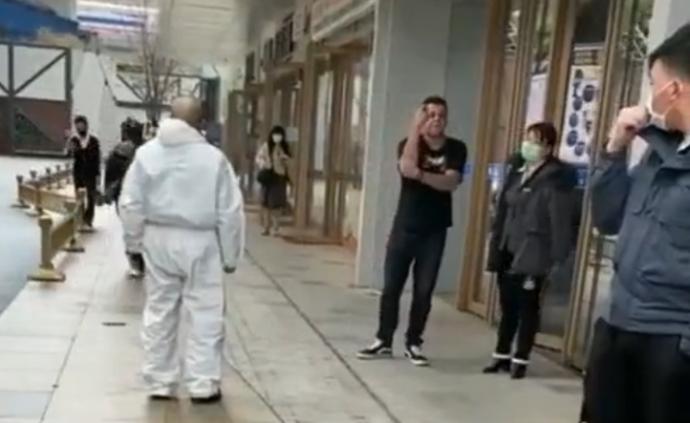 外籍男子拒戴口罩攻擊防疫人員,西安警方:已處罰、限期出境