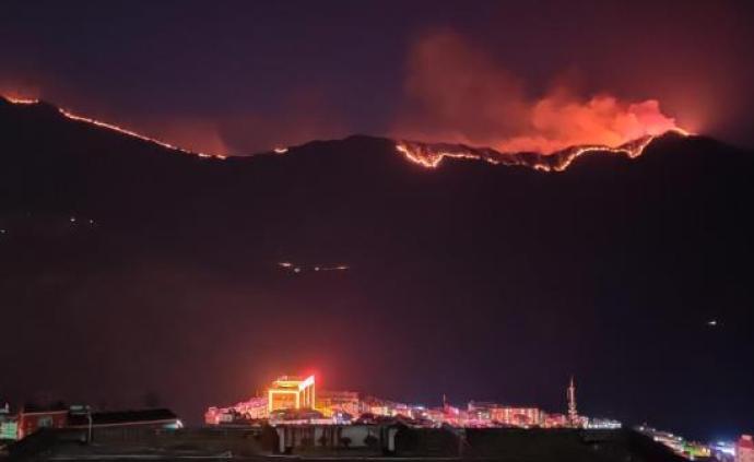 四川木里發生森林火災,目擊者稱可見延綿明火,火勢較大
