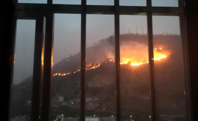 """四川西昌森林火灾:网友在自家窗口""""看着火翻过山"""""""